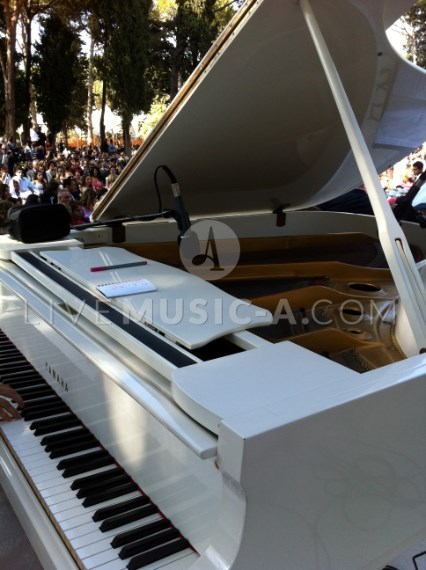 White Grand piano Yamaha for weddings