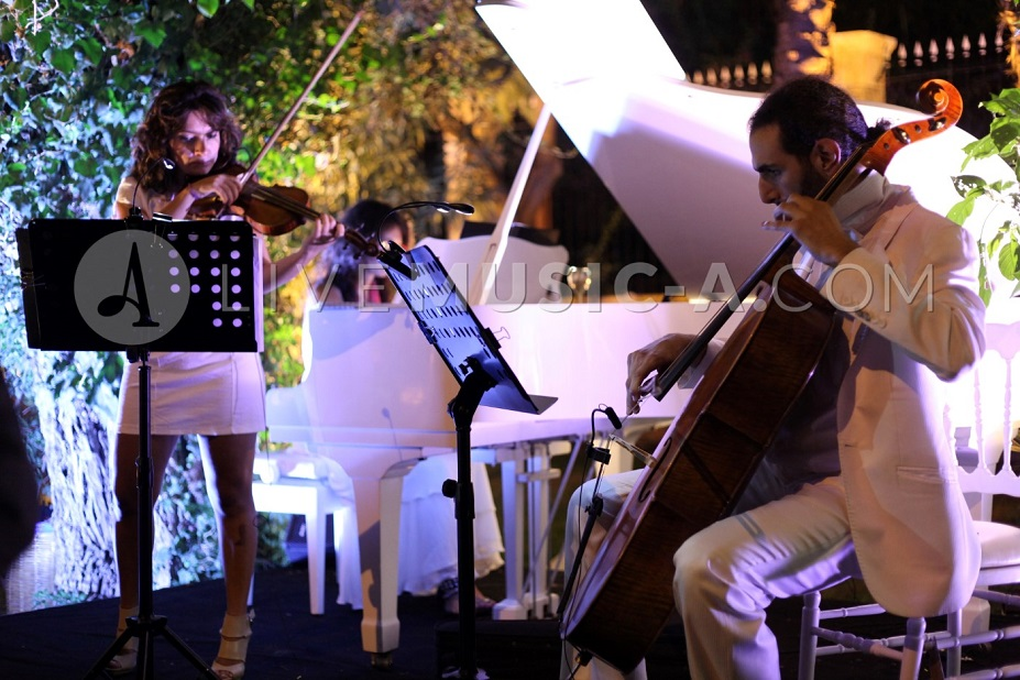 Wedding entertainment on the welcome drink at Sursock the gardens