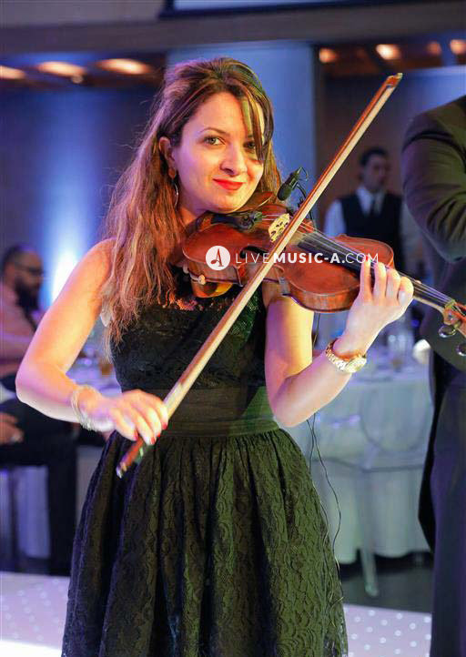lady violinist at the dinner time